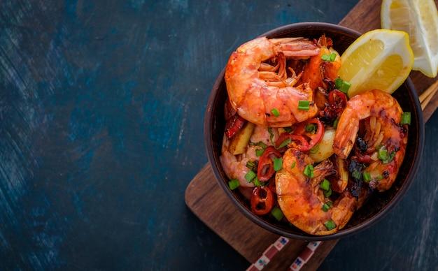 Camarão frito com pimenta, alho e limão. cozinha mediterrânea. cozinha asiática.