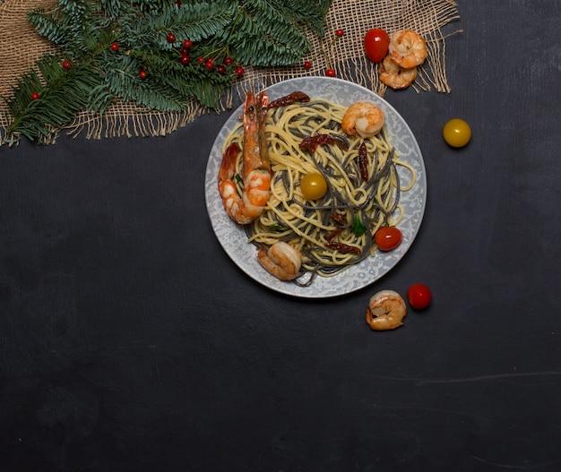 Camarão frito com vista superior de nuddles