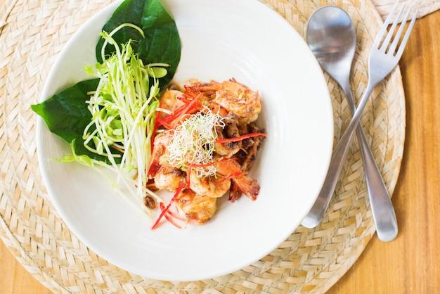 Camarão frito concurso alho brotos frescos