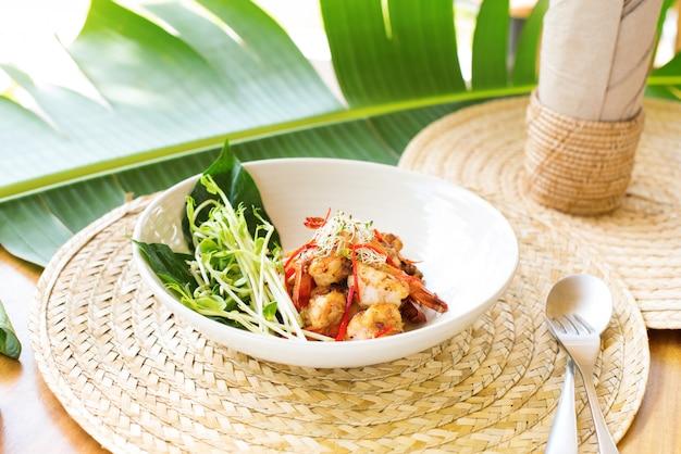 Camarão frito concurso shitake brotos frescos verdes