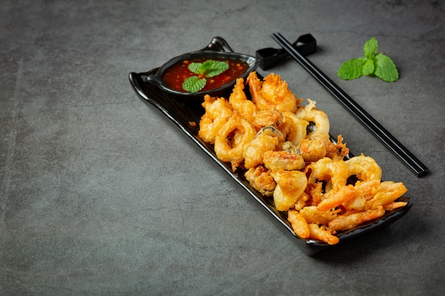 Camarão frito e lula com molho picante