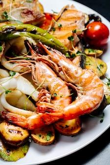 Camarão frito e ostras com salada de legumes e ervas