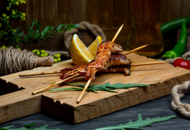 Camarão frito na placa de madeira