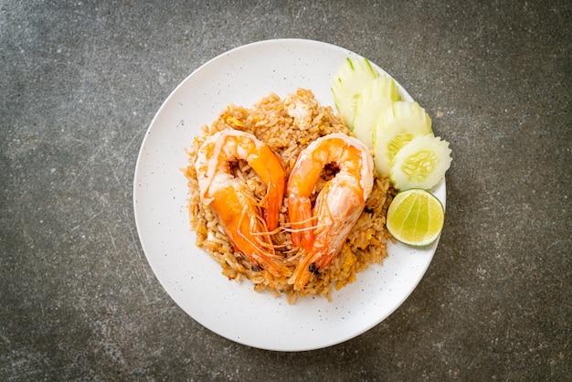 Camarão gigante em arroz frito com pasta de camarão