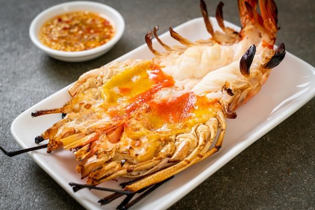 Camarão gigante fresco grelhado com molho picante de frutos do mar
