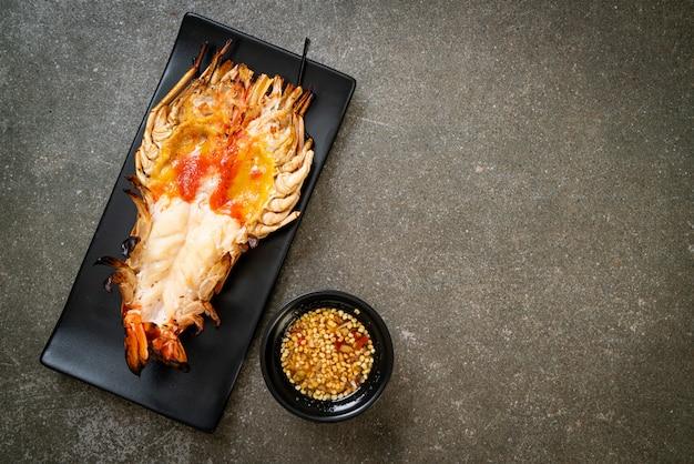 Camarão gigante grelhado fresco com molho picante