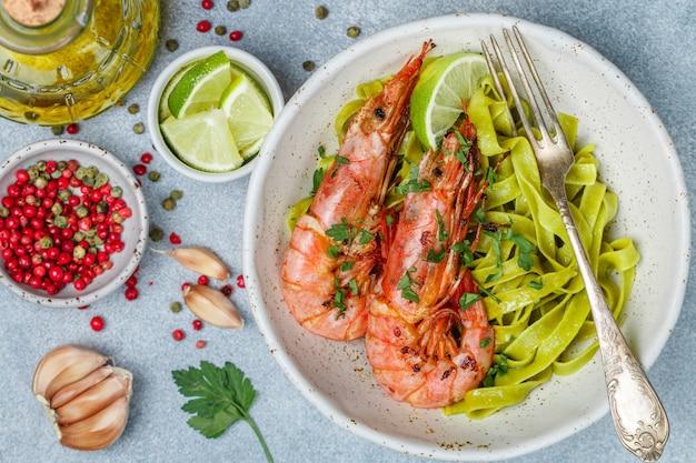 Camarão grande, lagostim, camarão rei frito com alho, pimenta, limão e salsa