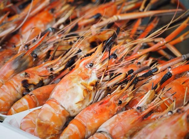 Camarão grelhado à venda no mercado de rua. camarão fresco no mercado de frutos do mar.
