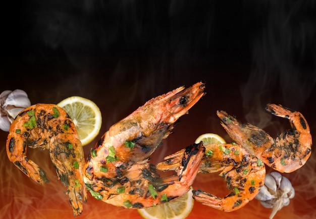 Camarão grelhado com ingredientes picantes.