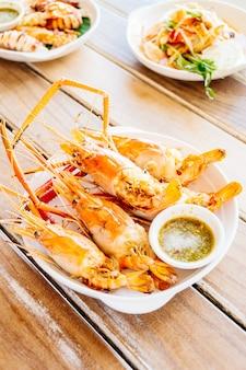 Camarão grelhado com molho picante de frutos do mar