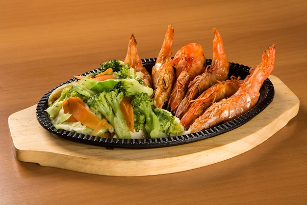 Camarão grelhado com vegetais