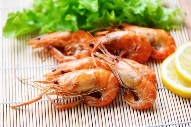 Camarão grelhado frutos do mar churrasco na mesa branca comida de mesa, camarão camarão cozido churrasco queimado com salada de limão e legumes