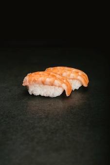 Camarão japonês nigiri sushi banco de fotos em fundo preto