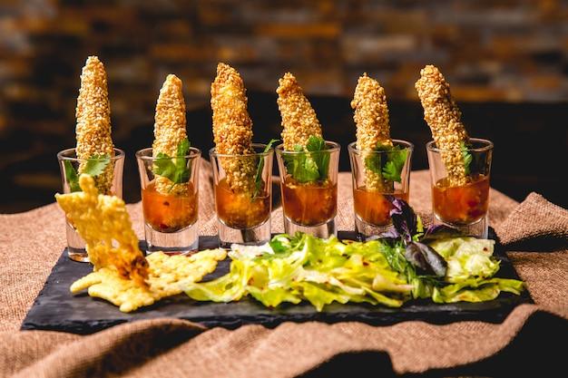 Camarão kanape em molho com vista lateral para salada mista
