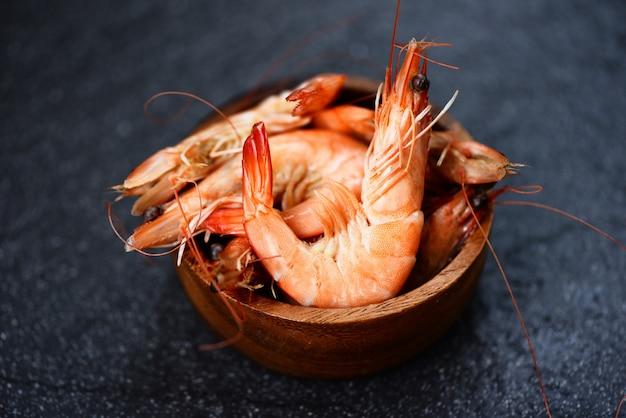 Camarão na tigela de madeira - cozinhar camarão camarão frutos do mar