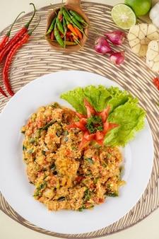 Camarão ou camarão com molho de ovo salgado banhado em prato branco e ingredientes
