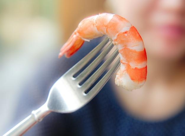 Camarão ou camarão cozido delicioso, marisco descascado pronto para comer.