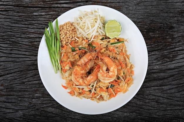 Camarão pad thai, prato tradicional tailandês com macarrão de arroz frito,