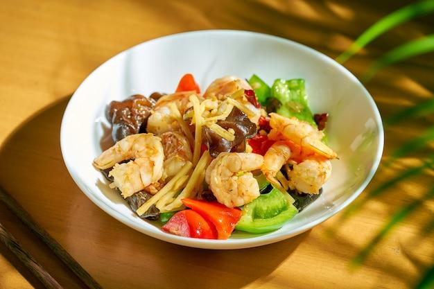 Camarão picante de estilo chinês com legumes wok.