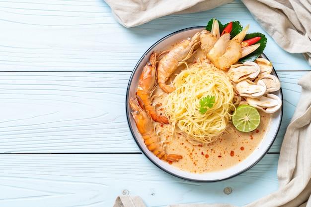 Camarão picante macarrão com espaguete (tom yum goong)