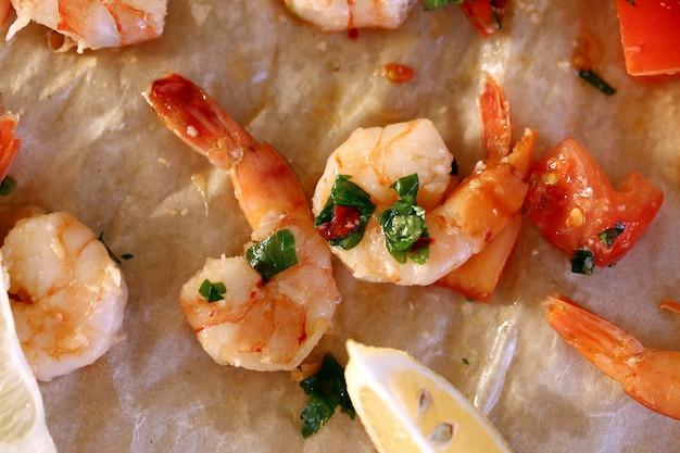 Camarão. pilha de camarões crus-de-rosa em cima da mesa