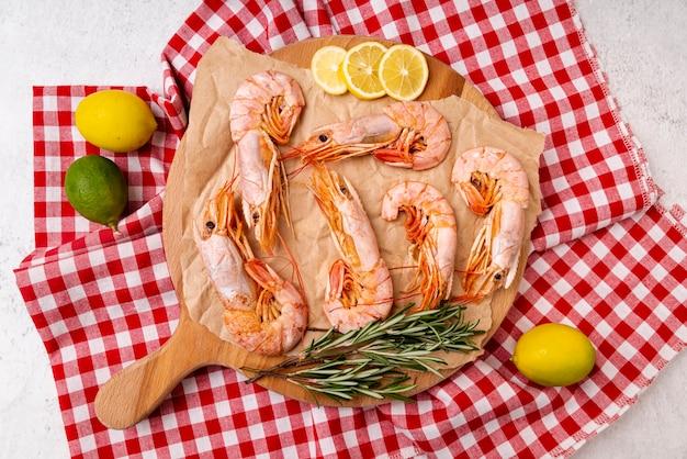 Camarão preparado na toalha de mesa quadriculada