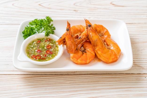 Camarão salgado assado ou camarão com molho apimentado de frutos do mar
