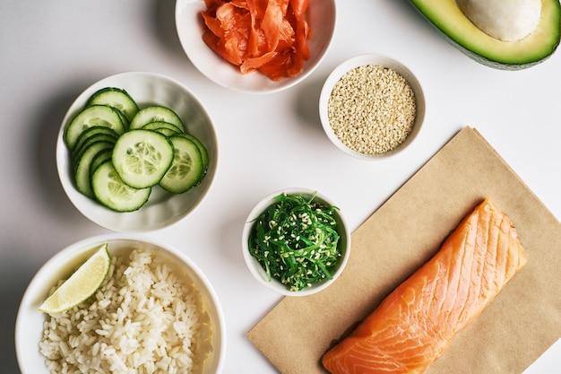 Camarão salmão picar tigela em papel ofício, chuka salada, gergelim. tigela de puxão de conceito de comida