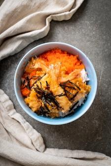 Camarão tempura tigela de arroz com ovo de camarão e algas