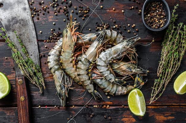Camarão tigre fresco, camarão com especiarias e ervas.