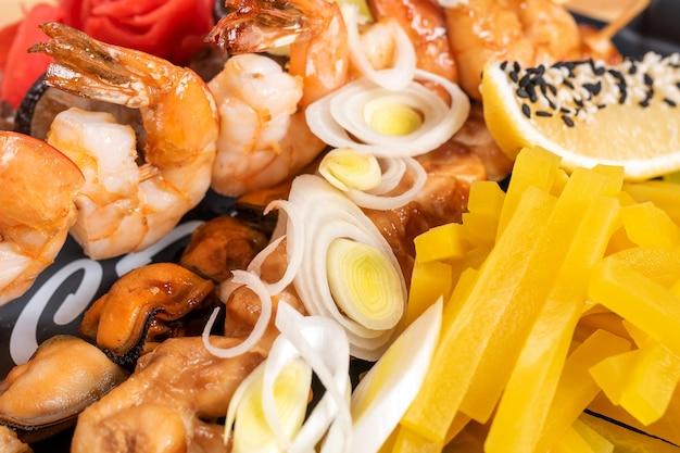 Camarão variado e cogumelos shiitake, mexilhões e batata-doce. para qualquer propósito.