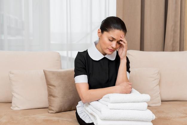 Camareira estressado no quarto de hotel