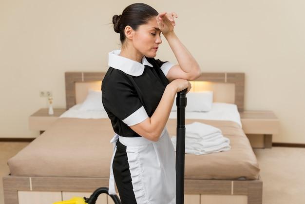 Camareira estressado ou triste no quarto de hotel