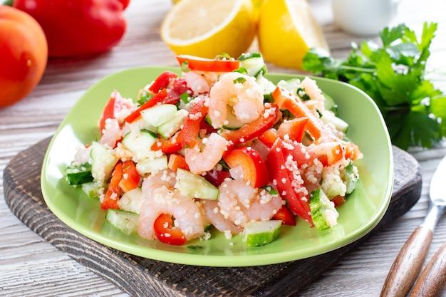 Camarões com cuscuz e vegetais, salada saudável