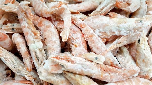 Camarões congelados no gelo. muito close-up de camarão real.