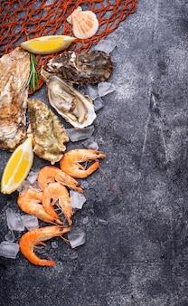 Camarões e ostras. conceito de frutos do mar