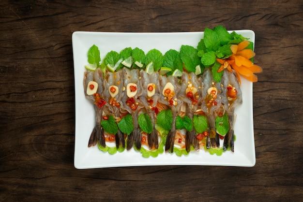 Camarões em molho de peixe e molho picante