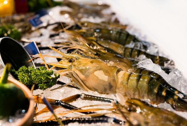 Camarões frescos no gelo no mercado de frutos do mar