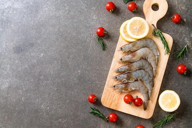 Camarões frescos ou camarões crus na placa de madeira