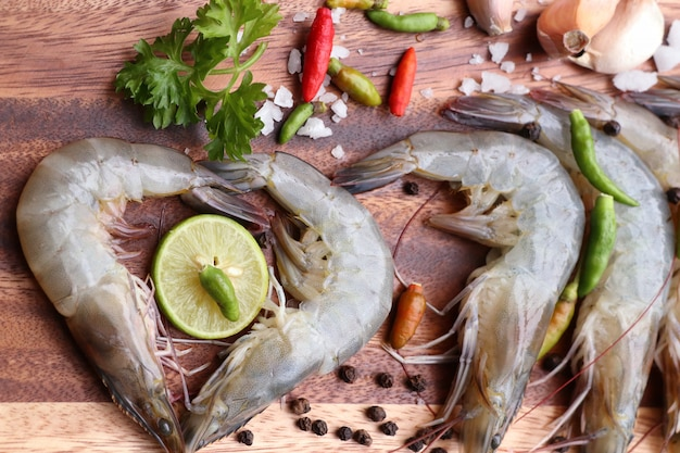Camarões frescos para cozinhar