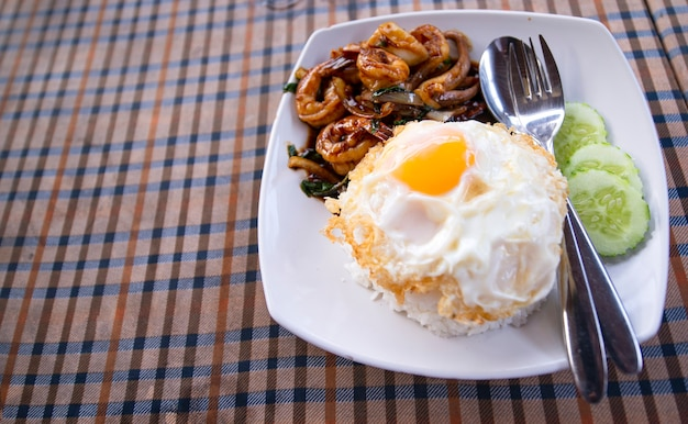 Camarões fritos ou camarões com folhas de manjericão, ovo frito com arroz. quente e apimentado