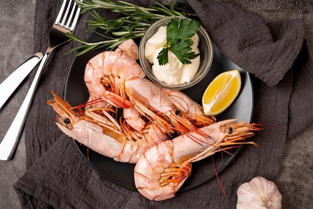 Camarões gourmet no prato close-up