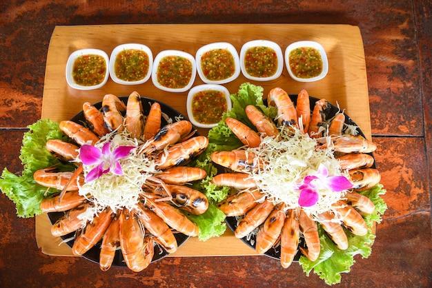 Camarões grelhados com molho de frutos do mar e vegetais