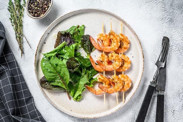 Camarões grelhados, espetos de camarão com ervas, alho, espetinho de brochette