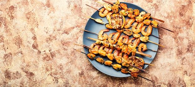 Camarões grelhados, mexilhões e caracóis recheados. frutos do mar deliciosos.