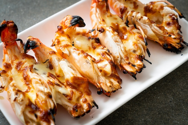 Camarões grelhados ou camarões com queijo - estilo frutos do mar