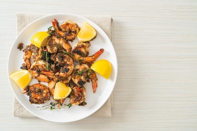 Camarões jerk ou camarões grelhados ao estilo da jamaica no prato