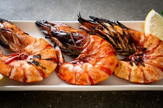 Camarões tigre grelhados ou camarões com limão no prato