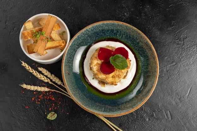 Camembert assado em amêndoas com molho de baga e croutons de trigo