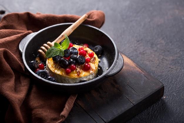 Camembert assado ou frito com queijo brie com frutas e mel